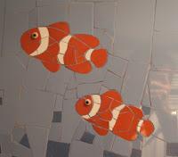 thème de la mer pour cette création et ces poissons clowns réalisés par une mosaïste d'art