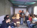 Jóvenes y adultos aprenden a construir tambores