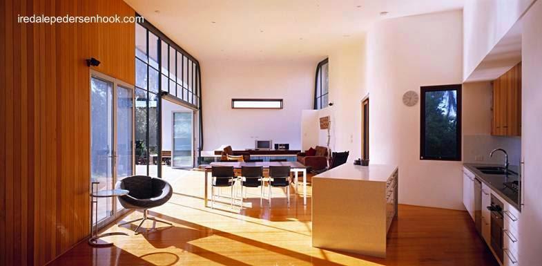 Vista del interior de la ampliación moderna desde el paso a la casa original