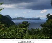 Foto de La Isla Huevos en el Centro, con Chacachacare detras de esta y Venezuela en la distancia a la derecha. Vista desde la Estación de Seguimiento de Chaguaramas, TRINIDAD Y TOBAGO