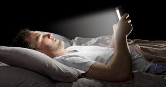 What Happens to Our Body When we Look at Our Cell Phone Before Going to Sleep?