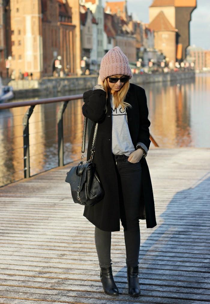 Stylizacja z czarnym płaszczem