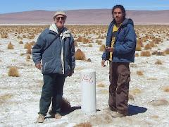 Con mi ex alumno Cristian Riffo en el Salar del Huasco.  Hito de exploración de aguas subterráneas.