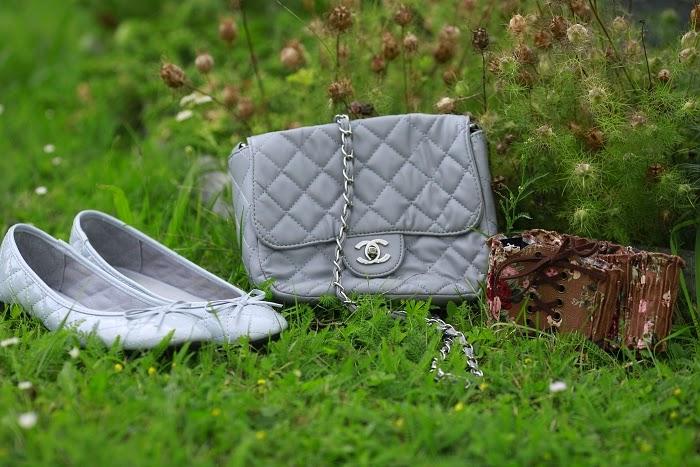 chanel kabelka, šedivé balerínky, kytkovaný pásek