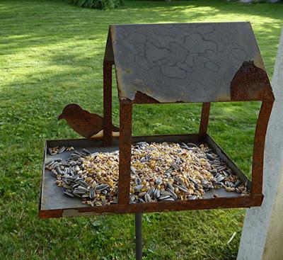 Gammelt fuglehus til haven