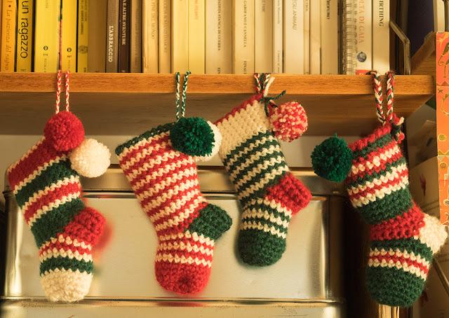 piccole calze natalizie all'uncinetto
