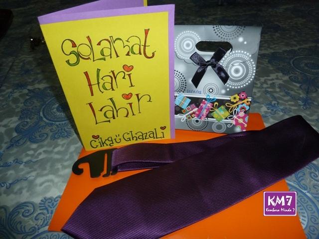 Hadiahnya sehelai tali leher purple