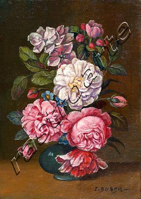 Capullos de rosa entremezclados con flores en florero vidriado azul