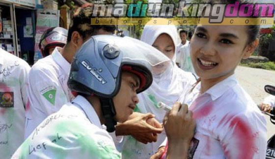 Foto Hot: Para Siswi SMA Corat Coret Rayakan Kelulusan ...