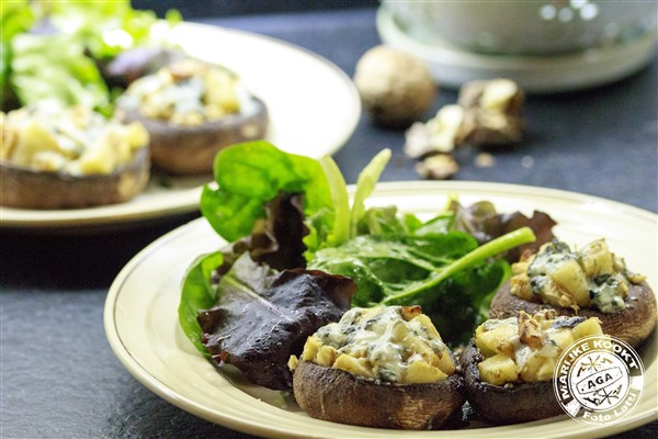 Portobello met peer, walnoot en roquefort