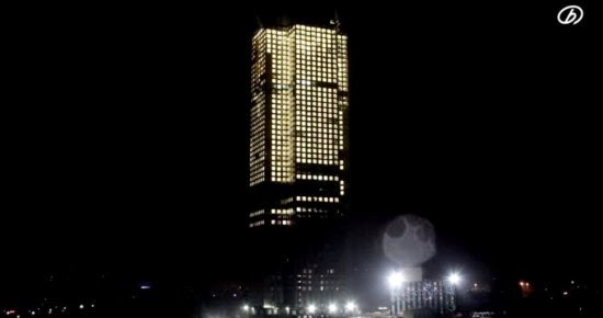 صورة ناطحة السحاب في الليل