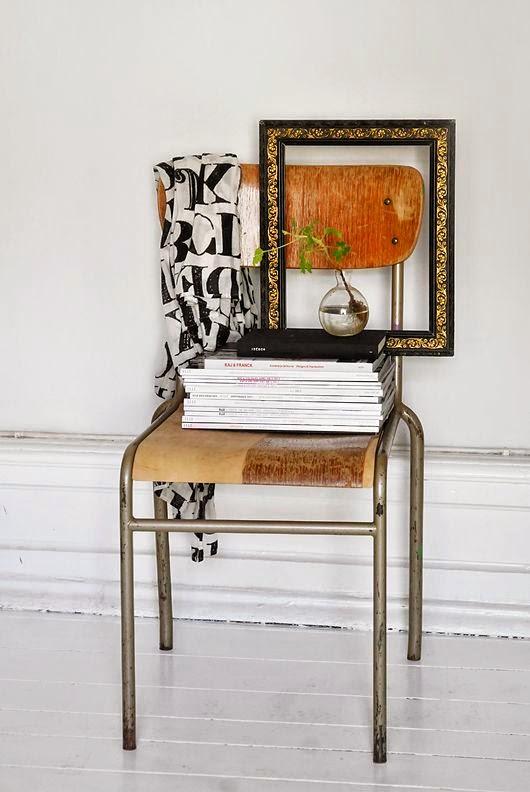 Usar silla de colegio antigua como mesa vintage