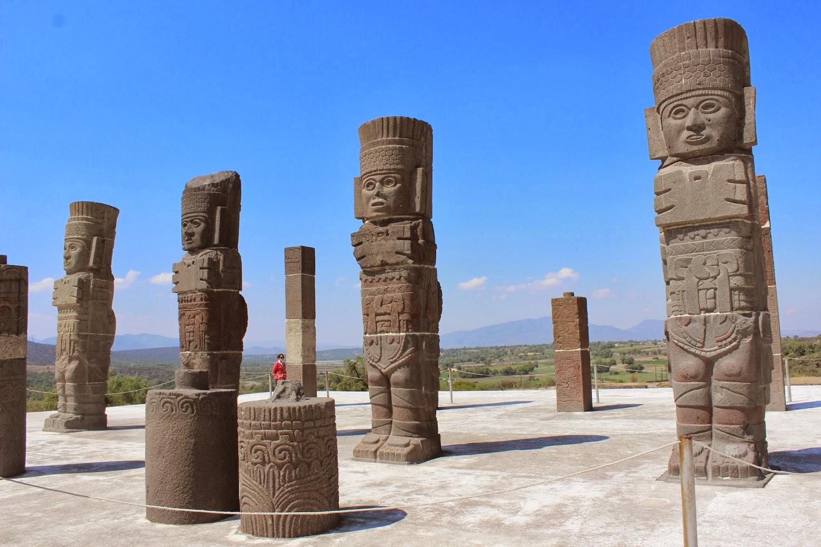 vista de los Atlantes en la zona arqueológica de Tula