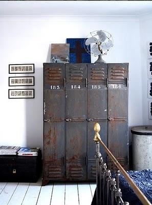 armario vintage industrial de estilo nórdico para dormitorio antiguo, cama de laton romántica, decorar dormitorio en blanco y negro