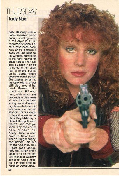 """Na revista, uma referência a """"Skirty Harry"""" e a arma Magnum 357."""