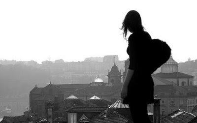 Donna che guarda il panorama dall'alto