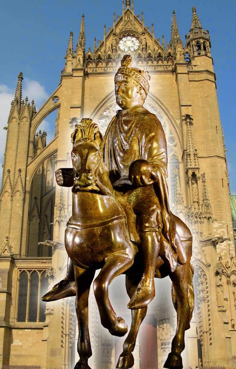 Estatueta equestre de Carlos Magno no Museu do Louvre. Fundo: catedral de Metz.