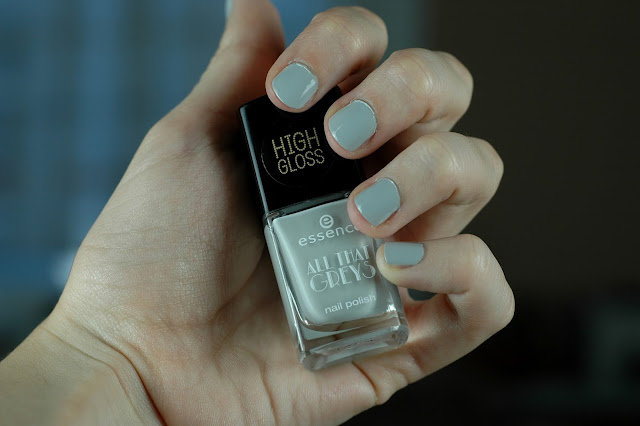 Essence All That Greys Nagellack 03 Greyt Times Swatch / Tragebild