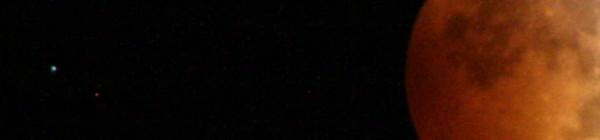 Mặt Trăng màu đỏ trong lần nguyệt thực vừa qua và bên trái đó là hành tinh Thiên Vương. Tác giả : Jean Napp.