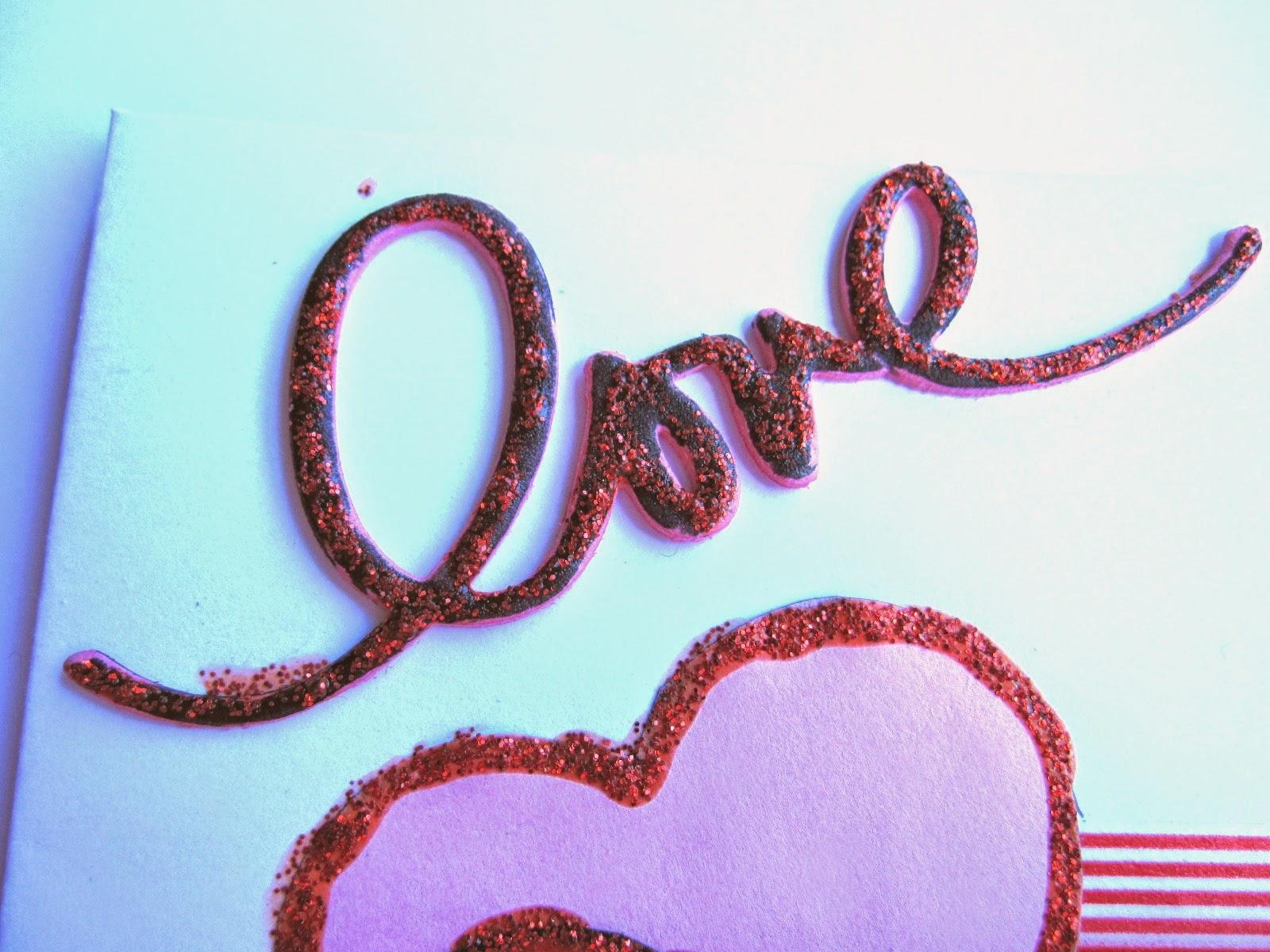 detalle tarjeta scrapbooking de San Valentin con la palabra LOVE negra y resaltada con glitter glue rojo