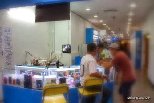 Besar Kepala- Tauke Bangla Menipu Pelanggan di Plaza Low Yat | Seorang pemilik yang juga penyewa kedai berbangsa Bangladesh membaiki telefon dilaporkan telah cuba menipu pelanggannya di tingkat 1,Plaza Low Yat, Kuala Lumpur.
