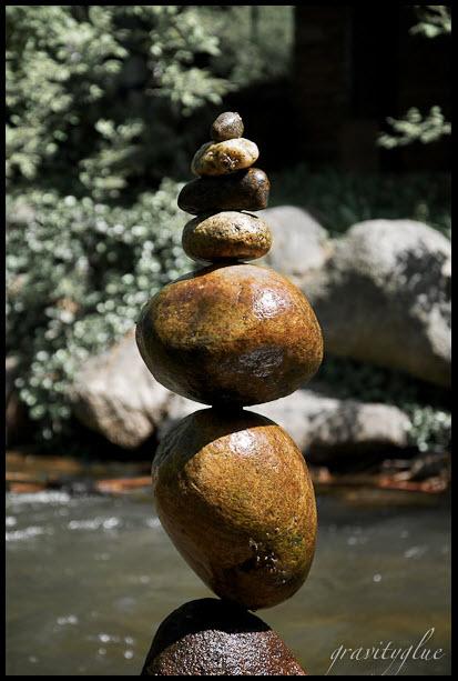 Gravity Glue: Hermosa galería de rocas colocadas verticalmente, pegadas únicamente por la gravedad.
