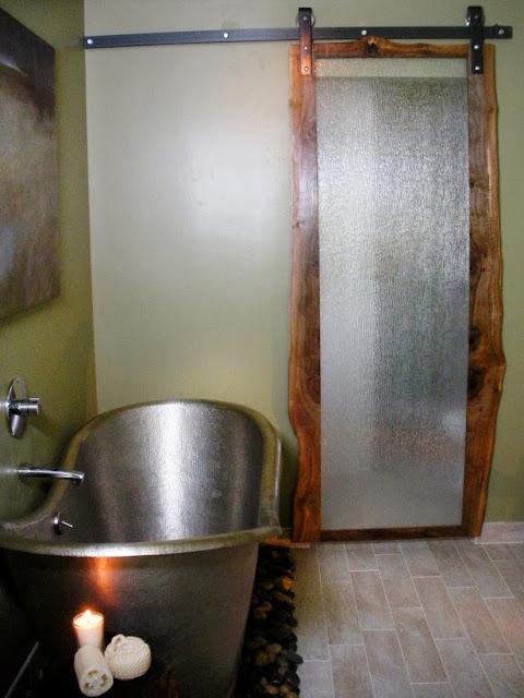 Desain Kamar Mandi Vintage, Pintu kayu dan Tub Nikel