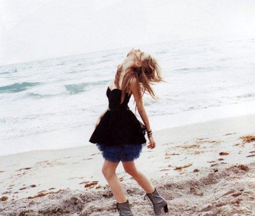 سأرمي حزني بالبحر واضحك بجنون