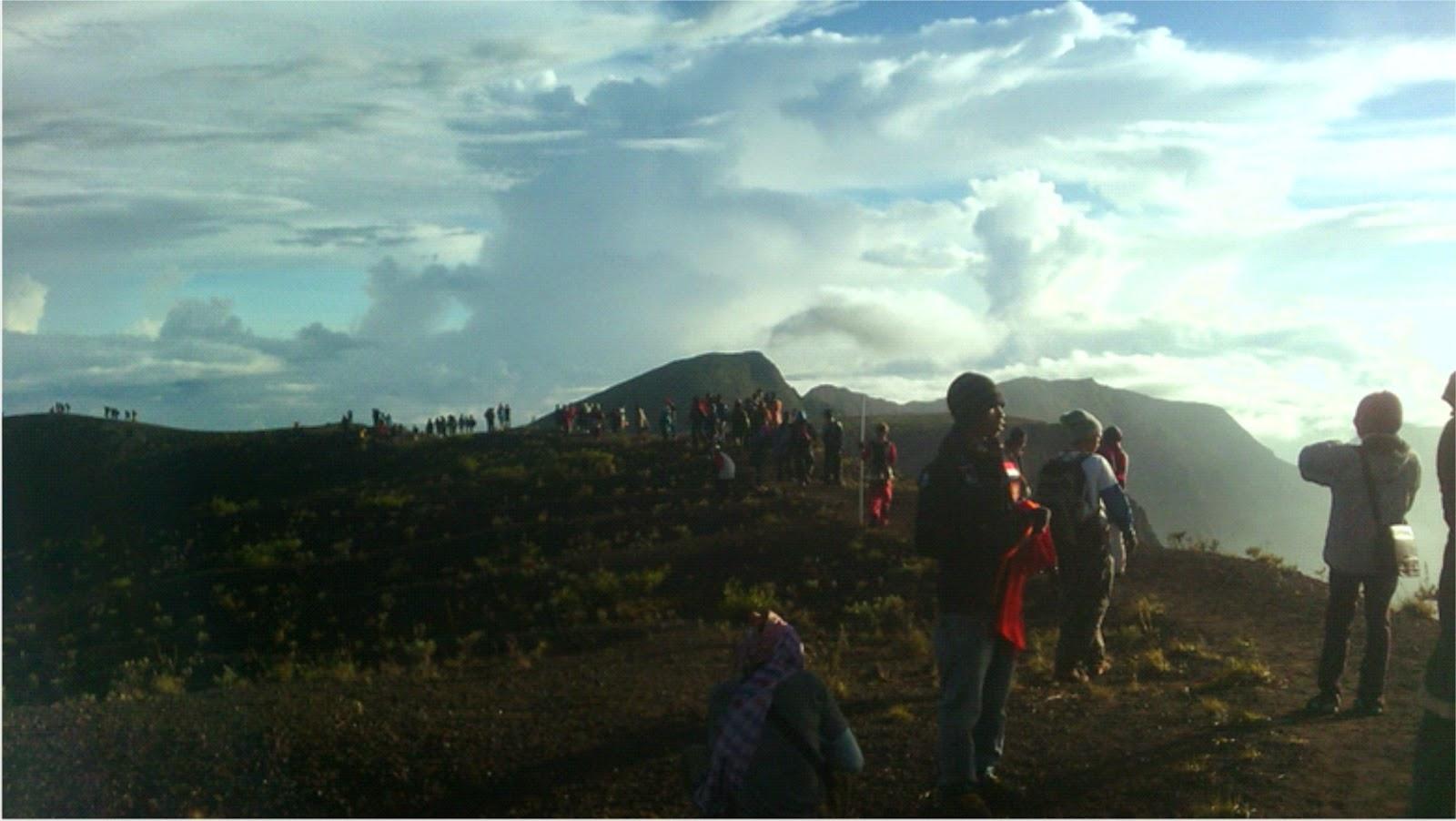 Ribuan Pendaki Memilih Rayakan TMD di Puncak Gunung Tambora