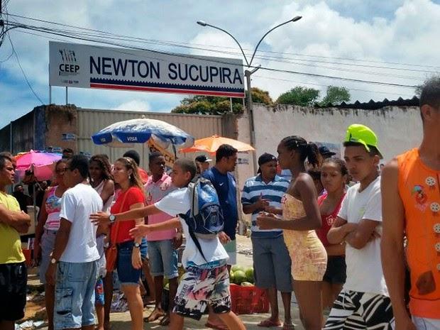 Duas pessoas foram baleadas perto da Escola Newton Sucupira, em Salvador (Foto: Genildo Lawinscky/ TV Bahia)