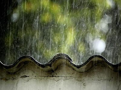 Chuva caindo do telhado