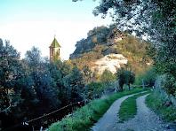El camí segueix per la vessant ponentina del Castell d'Orís fins al nucli de Sant Genís d'Orís