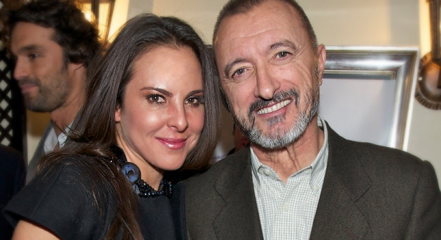 Arturo Pérez-Reverte junto a la actriz protagonista de la serie televisiva La Reina del Sur