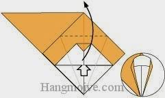 Bước 7: Từ vị trí mũi tên, mở lớp giấy trên cùng ra, kéo và gấp lớp giấy lên trên.