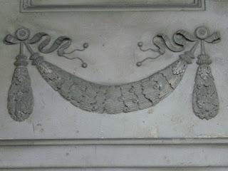 Festone elemento con disegni di frutti, fiori e foglie su una struttura che funge a fini ornamentali