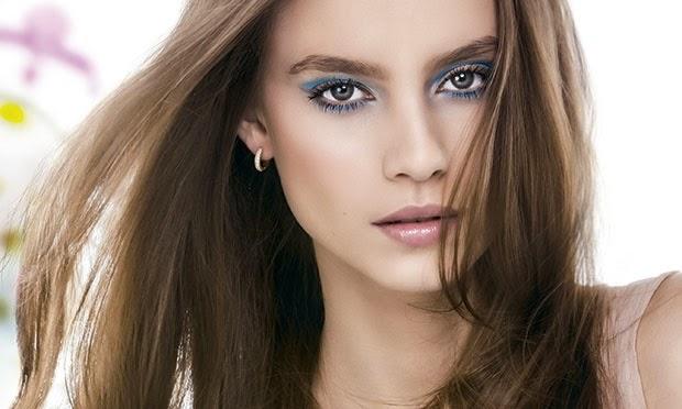 Maquiagem com sombras coloridas já aparece como destaque há algumas temporadas. Para combinar com o clima fresco de primavera Verão