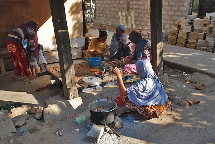 Mujeres cocinando en la calle