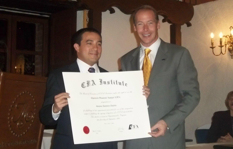 Entrega del CFA Charter por John Rogers, CEO del CFA Institute