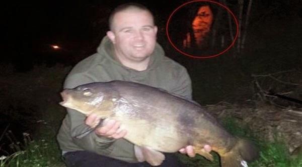 صورة شبح يظهر في صورة صياد مع سمكته,  شبح يظهر في خلفية صورة صياد مع سمكته, صياد يصطاد سمكة كبيرة وشبح في صورته,