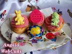 Kókuszos muffinok eperpudinggal, nyuszis és csibés gumicukorral, valamint húsvéti tojás mintás fondanttal.