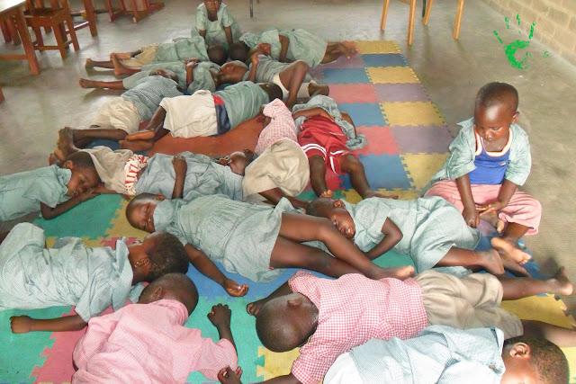 Immagini dei bambini nella scuola della missione in Togo