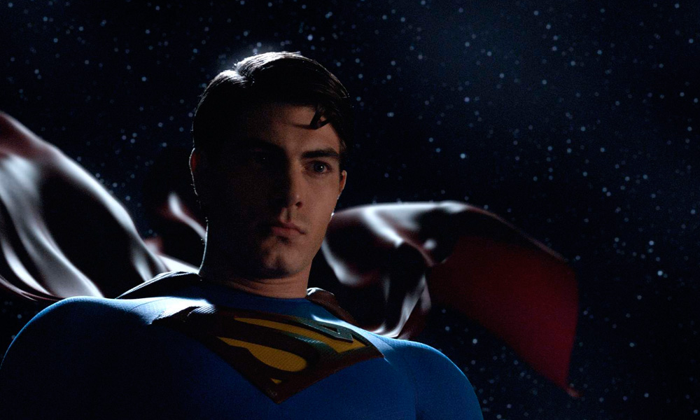 cena do filme Superman – O Retorno (2006) com close do herói pousando