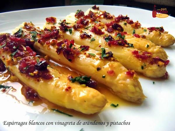 Espárragos con vinagreta de arándanos y pistachos