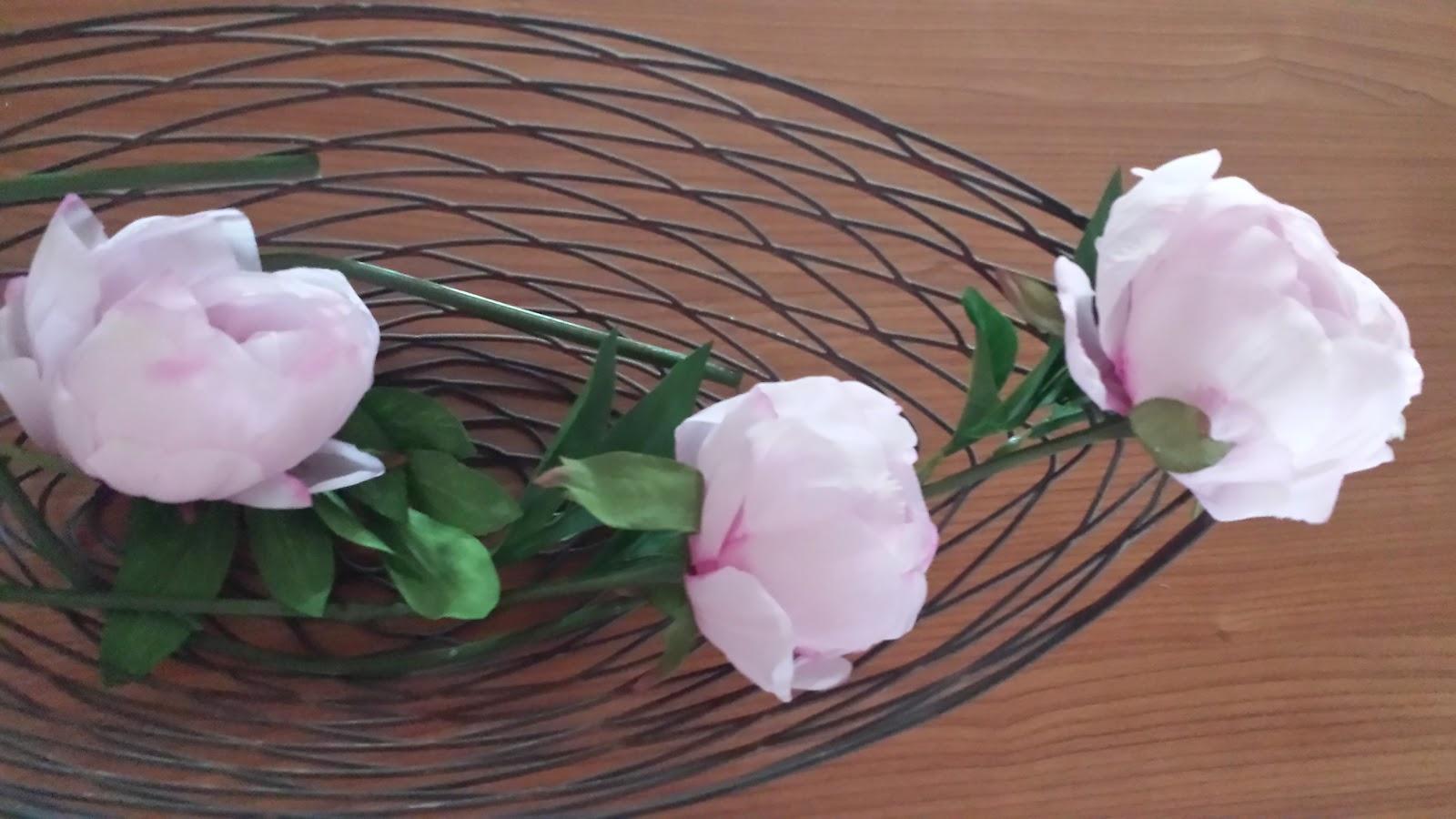 Blumen in einer Schale dekorieren