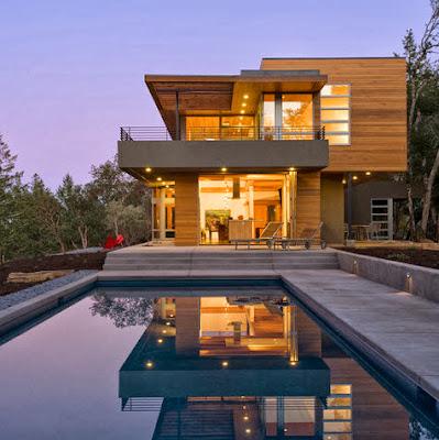 Fachada de casa moderna de campo de dos niveles y piscina