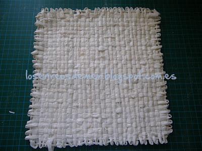 Cuadrado tejido con el telar de la Señorita Pepis