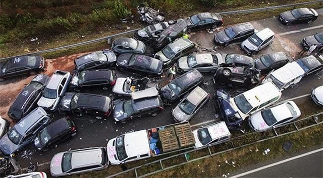 Gambar kemalangan terbesar yang melibatkan 150 kenderaan di sebuah lebuh raya sesak
