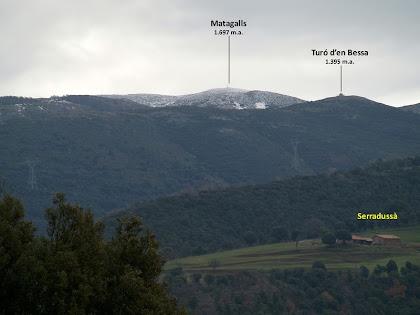 El Matagalls, el Turó d'en Bessa i la masia de Serradussà des del Camí d'Aiguafreda al Brull