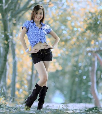 Mujer muy linda paseando por el parque