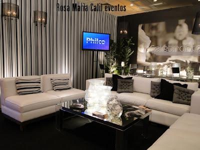 mesas altas, banquetas pretas, sofás brancos, aparador e mesa de centro espelhadas, arandelas pretas
